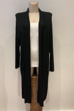 Un gilet noir long à poches en maille esprit manteau